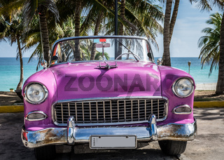 Pink Oldtimer Cabriolet am Strand von Varadero  in Kuba