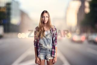 Frau in modischer Kleidung steht an einer Straße