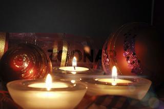 brennende Kerzen und Weihnachtskugeln