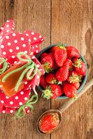 Kochlöffel mit Erdbeermarmelade und Erdbeere