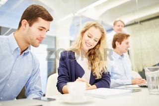 Geschäftsleute planen zusammen die Strategie