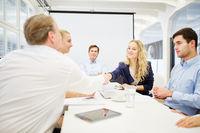 Geschäftsleute erzielen eine Vereinbarung