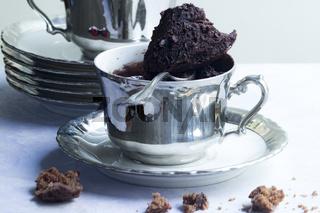 Tassenkuchen in versilberter antiker Tasse
