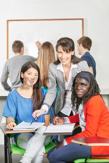 Mädchen lernen in Gruppenarbeit
