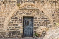 Blaue Tür in einer Kalksteinwand
