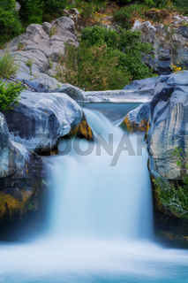 Grosser Wasserfall langzeitbelichtung hoch
