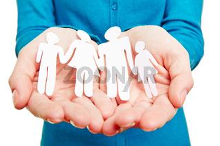 Familie aus Papier auf Händen