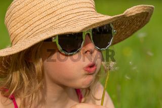 M Hut Brille Wiese Pusteblume nahaufnahme