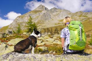Wanderung mit Hund Boston Terrier in den Bergen