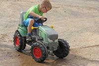 Kind mit Traktor