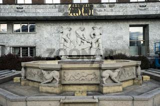 Rathaus in Oslo mit Brunnen und Steinrelief