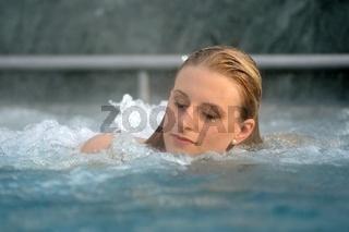 Junge blonde Frau bei einem Aufenthalt in der Rupertustherme Bad Reichenhall