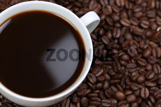 Kaffee mit Kaffeebohnen von oben