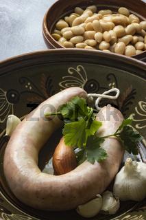 Katalanische Botifarra mit Zutaten für einen Bohneneintopf