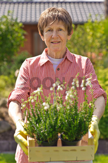 Frau im Garten mit Blumen