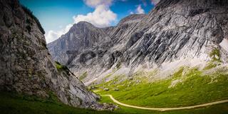 Ein Weg durch die Berge