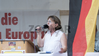 Pegida Birgit Weißmann am Rednerpult