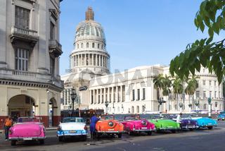 Farbenfrohe Oldtimer in Havanna Kuba mit Blick auf das Capitol