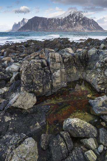 Berge und Strand, Skagsanden, Flakstadoeya, Lofoten, Norwegen