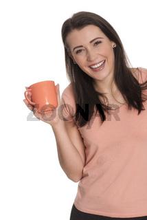 junge frau hält eine kaffeetasse und lächelt