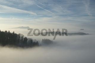 Hegaulandschaft im Nebel mit dem Hohenstoffeln