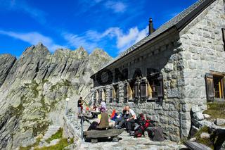 An der Gelmerhütte des Schweizer Alpen-Club (SAC), Berner Oberland, Schweiz