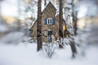 Haus mit Schnee im Wald, house with snow in a forest