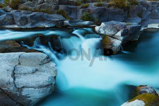 Breiter Wasserfall langzeitbelichtung