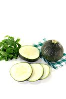 runde rohe Zucchini auf einer karierten Serviette
