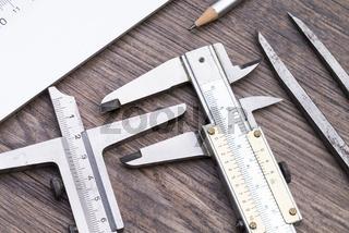 Messwerkzeuge auf Holztisch