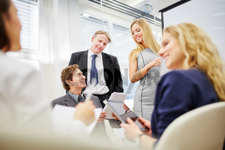 Business Meeting und Diskussion im Team