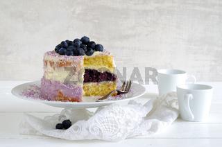 Blaubeer-Frischkäse-Torte mit bunten Kokosraspeln