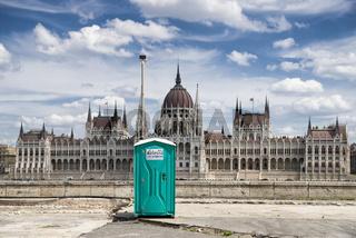 Toilettenhäuschen und Parlament, Budapest, Ungarn