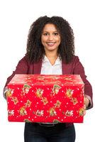 Frau überreicht ein Weihnachtsgeschenk