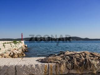 Kleiner Hafen an der Adriaküste in Kroatien
