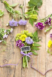 Blumen mit Dekoration und Anhänger: Danke!