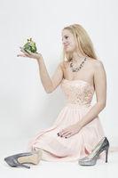 Junge Frau hält Froschkönig