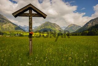 Feldkreuz mit Christusfigur, Lorettowiesen bei Oberstdorf, Allgäuer Alpen, Allgäu, Bayern, Deutschland, Europa