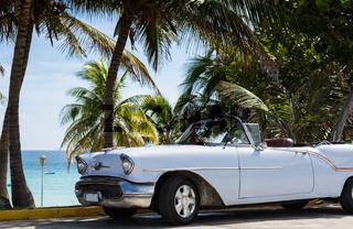 Weisser amerikanischer Oldtimer in Kuba