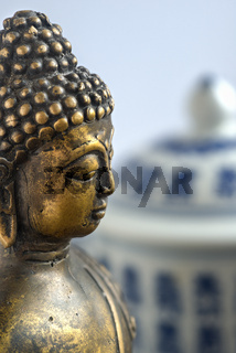 Buddhastatue und chinesische Teedose