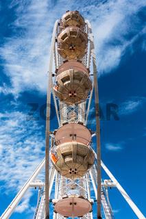 Riesenrad mit blauem Himmel