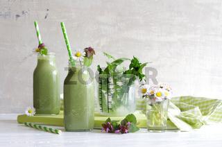 grüner Smoothie mit Wildkräutern