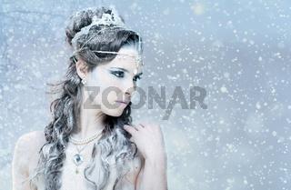 Schöne junge Frau mit winterlichem, Eis Prinzessin, Make Up