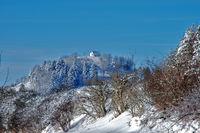 Winterlandschaft beim Kornbühl auf der Schwäbischen Alb mit Blick zur Salmendinger Kapelle