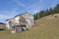 Bauernhaus auf der Hochebene der Vezzena
