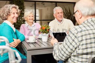 Gruppe Senioren mit einem Tablet PC