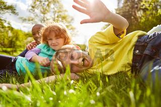 Kinder spielen und albern herum auf einer Wiese