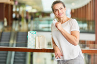 Frau mit Kreditkarte beim Shopping im Einkaufszentrum