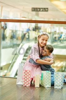 Bruder und Schwester umarmen sich