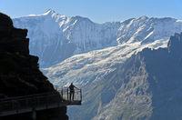 Touristen auf dem First Cliff Walk by Tissot vor der Fiescherhorn-Nordwand und dem Grindelwaldgletscher